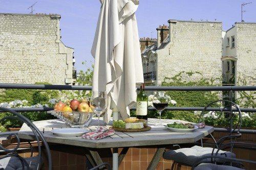 52 Clichy balcony in Summer